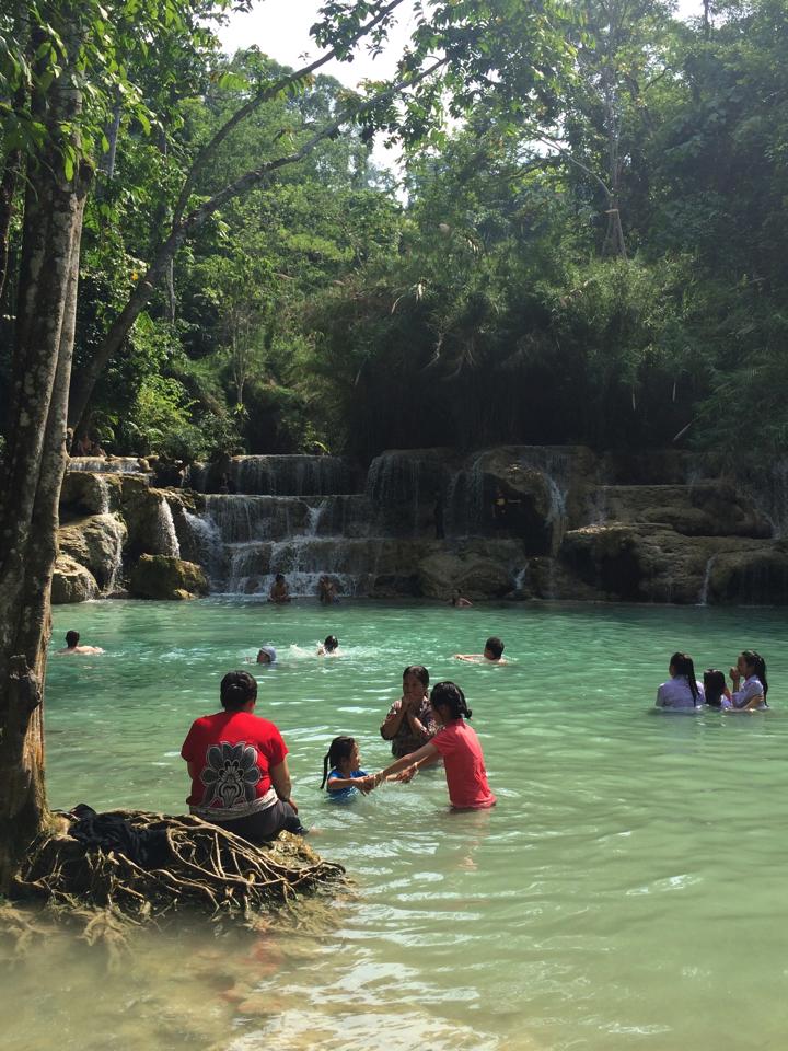 クアンシーの滝で水浴びしている人たち